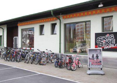 Firmengebäude Sportwelt Ski Bike Marr in Neuhaus am Rennweg mit verschiedenen Mountainbikes, Roadbikes und Kinderfahrrädern