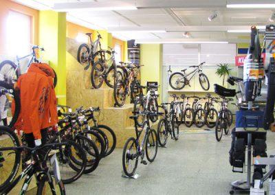 Ausstellungsfläche mit Fahrrädern bei Ski Bike Marr