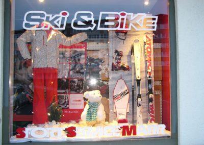 Schaufenster von Ski Bike Marr mit Atomic Ski, Protect Snowboard, Skihelm, Skischuhe und Skibekleidung